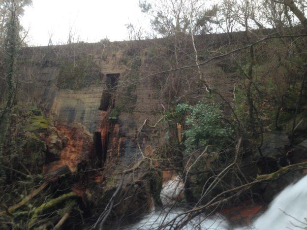 Presa abandoada que queren facer pasar por instalación hidroeléctrica